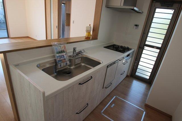【施工例】実際に建築したお家のキッチンになります。 キッチンのすぐ近くに勝手口があるとゴミをすぐに出せますね♪