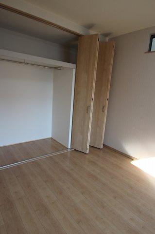 【施工例】実際に建築した収納の写真です。 広々とした収納は、お部屋にタンスなど収納を置かなくていいのでお部屋を広々とつかっていただけます☆
