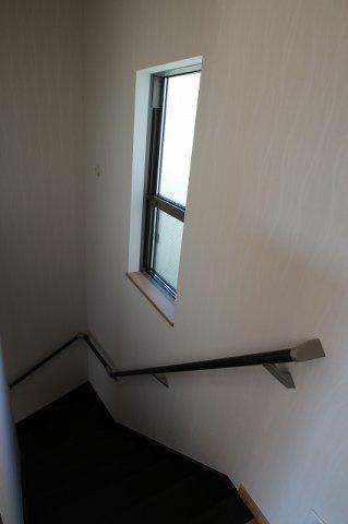 【施工例】実際に建築した階段の写真です。 階段に窓があるとお昼間はお日様がさしこみますね。