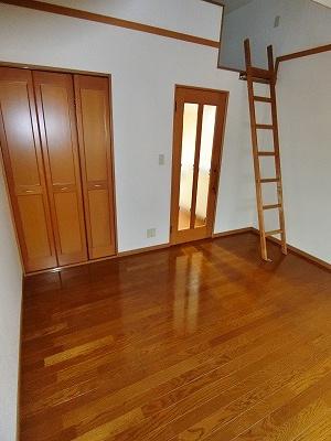 2口ガスコンロ/グリル付きシステムキッチンです☆場所を取るお鍋やお皿もすっきり収納できます♪自炊生活で楽しく健康に!