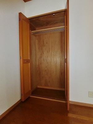 洋室6帖のお部屋にあるクローゼットです!かさばりやすいコートなどもハンガー掛けができてすっきり片付きます♪
