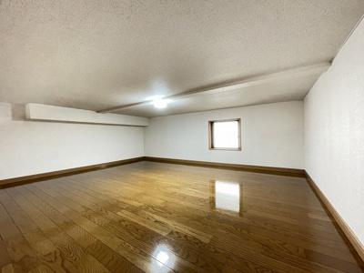 洋室6帖のお部屋にある6帖のロフトスペースです!窓があるので多用途に使用できます♪