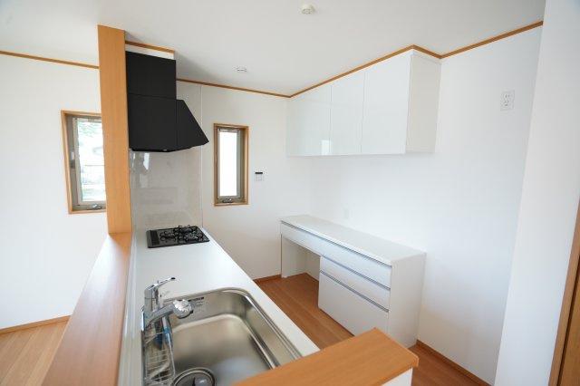 収納豊富なカップボード付!システムキッチンも広く引き出しにたくさん収納できて嬉しいですね。