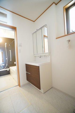 スタイリッシュな洗面化粧台です。おおきな洗面台で使いやすそうですね。浄水器一体型シャワー水栓です。