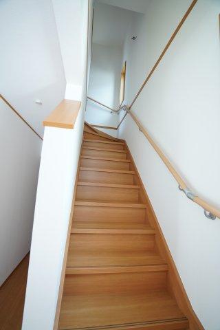 玄関から直接2階へ行ける階段です。手すりもあり安心ですね。