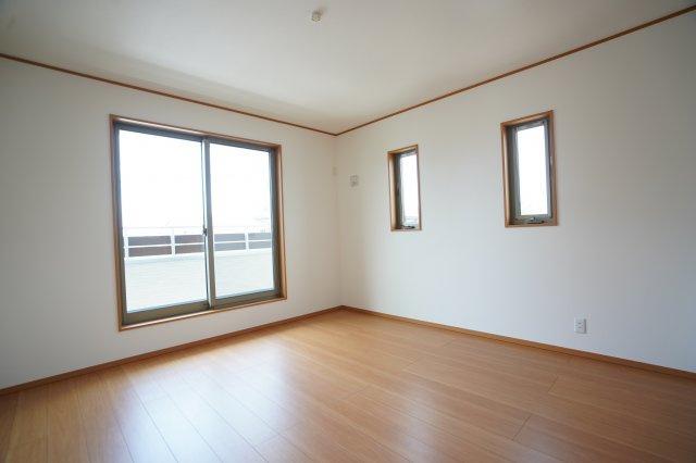 8帖の寝室です。2階も全室南向きなので明るいですよ。バルコニーに出られます。