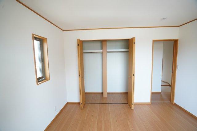 大きなクローゼットがある寝室はお部屋がすっきり片付けられますね。