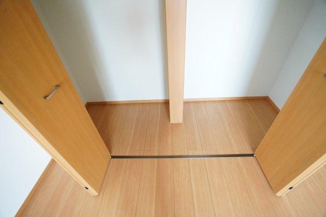 寝室のクローゼットは大きく開き、中が2つに分けられるので夫婦で分けてそれぞれ収納できて便利ですね。夏用と冬用とで分けるのもいいですね。