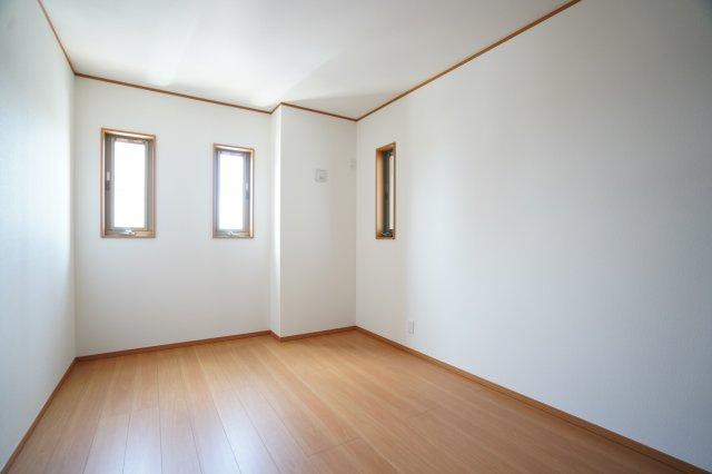 6.3帖の洋室です。窓がおしゃれなお部屋を演出していますね。
