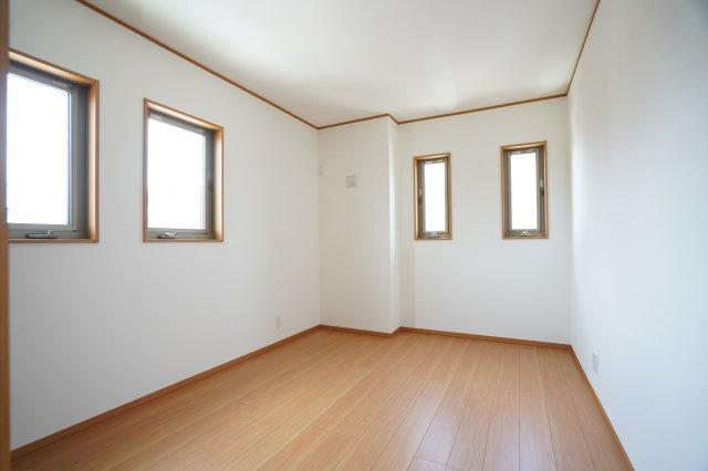 6.3帖の洋室です。南向きのお部屋で4つ窓があるので明るいおしゃれな洋室ですね。