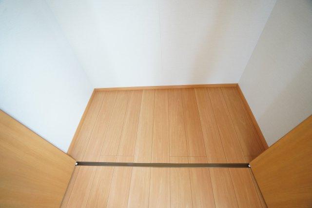 クローゼットの中もお部屋と同じ床色です。