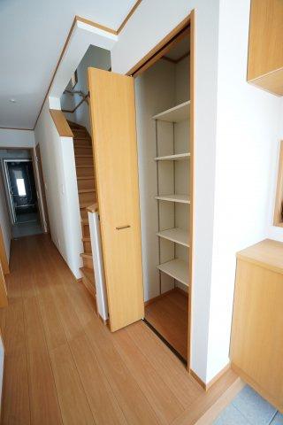 1階廊下収納スペースにもたくさん収納できますよ。