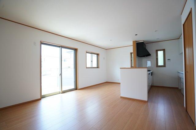 廻縁、巾木、ドア枠、窓枠があるLDKです。キッチンからお庭がすぐ見えてリビングと庭にも目を向けられますね。
