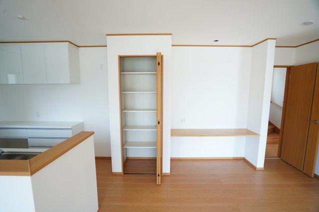 キッチン横収納+カウンター 写真を飾ったり勉強スペースにしたり、色々な用途に使えます。