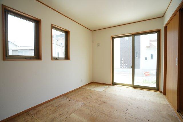 6.5帖の洋室(畳敷)です。窓が3つあり陽射しがたくさん入りますね。
