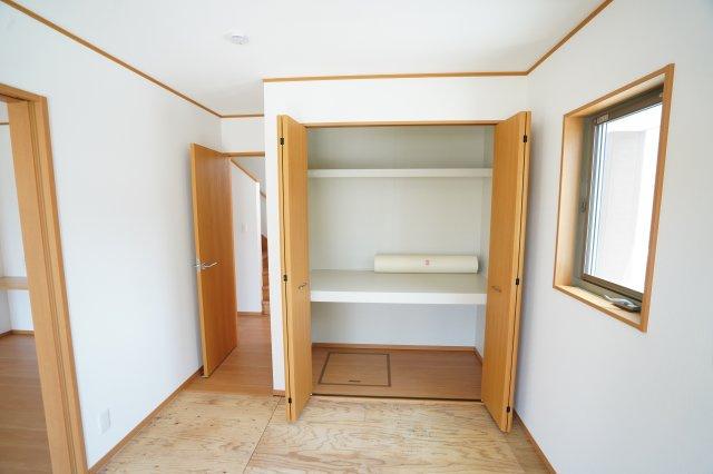 和室の収納は棚もあり大きく開くので出し入れしやすいですよ