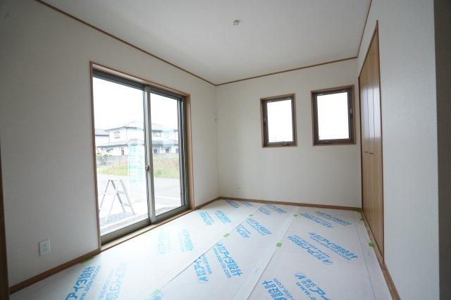 南向きの明るい洋室(畳敷)は6.5帖です。全窓複層ガラスのお家なので防犯面も安心ですね。