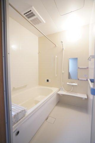 広いお風呂でゆったり一人で入ったり、家族と一緒にコミュニケーションの場としても良いですね。高断熱浴槽でお風呂が冷めずらいですよ。