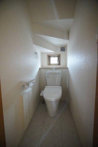 階段下を上手に利用した1階のトイレです。トイレ収納もあり便利ですね。
