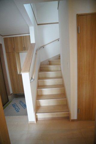 玄関横にある階段です。手すりも設置してあり安心です。