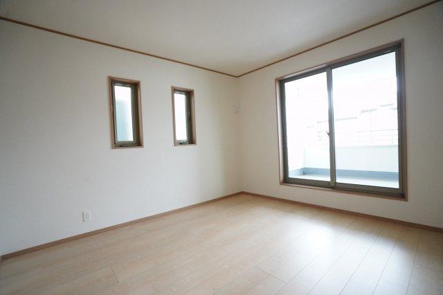 2階も全室南向きの明るい8帖の寝室です。バルコニーに出られます。