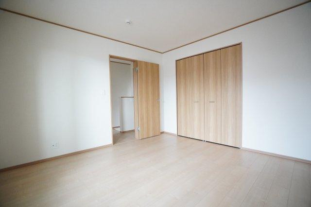 クローゼットが埋め込み式なので、ベッドやテーブルを置いてもすっきりとしたお部屋になりますね。