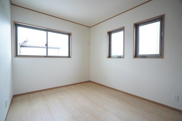 6帖の子供部屋です。子供部屋も廻縁、巾木、窓枠がアクセントになったおしゃれなお部屋ですね。