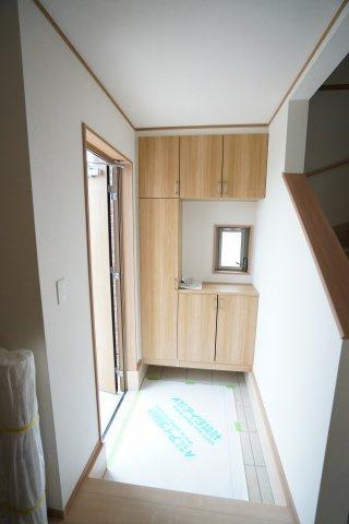 採光のとれる玄関ドア、玄関の中にも窓があり玄関収納がしっかりあります。