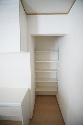 キッチンにパントリーが付いています。食料備蓄やおうち時間を楽しむための道具など色々置けて便利ですね。