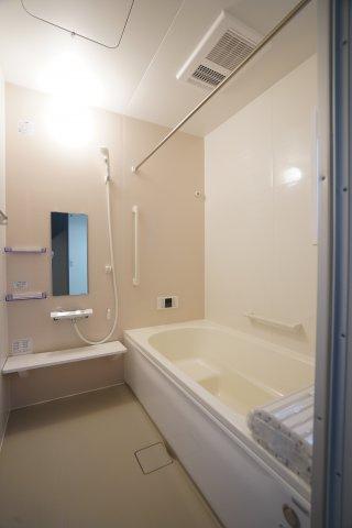 高断熱浴槽のお風呂です。広いお風呂で毎日のお風呂タイムが楽しくなりそうですね。