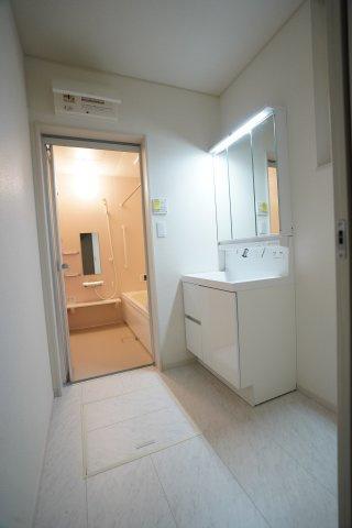 大きな洗面台のある洗面所です。家族で並んで歯磨きできますよ。鏡裏の収納や床下収納もあり便利ですね。