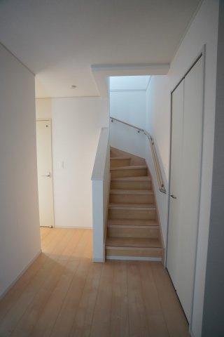 玄関から直接階段へ行けます。手すりが設置されていて安心です。