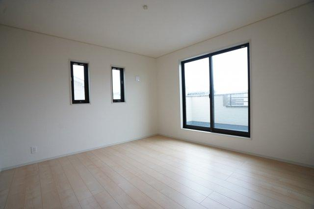 8帖の寝室は高窓が2つあり、南向きのお部屋です。バルコニーに出られますよ。