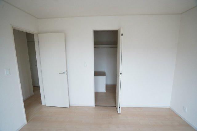 寝室のドアをあけるとウォークインクローゼットがあり、埋め込み式なのでお部屋がすっきりとしていますよ。