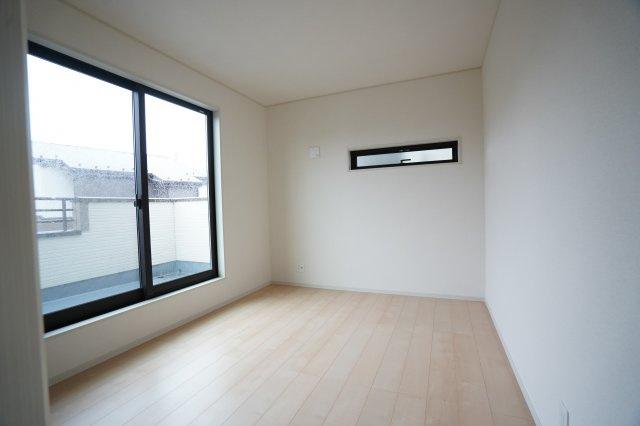 6帖の洋室もバルコニーに出られますよ。あたたかい陽ざしがたくさん入る南向きのお部屋です。