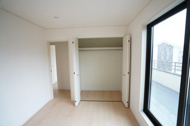 大きなクローゼットがあるのでお部屋がすっきり片付きますね。