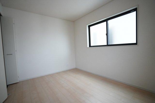 6帖の子供部屋です。子供部屋から出るとすぐに2階のトイレがありますよ。