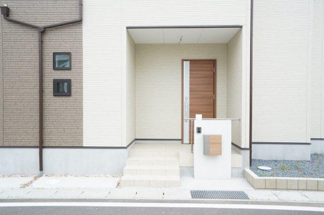 おしゃれなエントランスはエクスポスト付きのブロック門柱です。玄関は電子錠で、TVモニター付きインターホンもあり安心ですね。