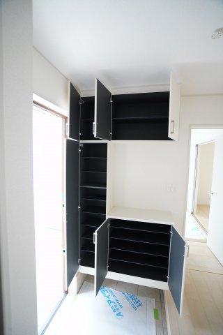 4か所収納できる玄関収納は家族の靴がたくさん収納できますよ。