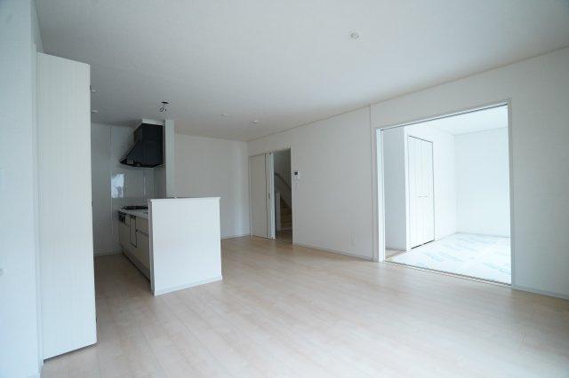 6.5帖の洋室もドアを開けると広い空間になりますね。