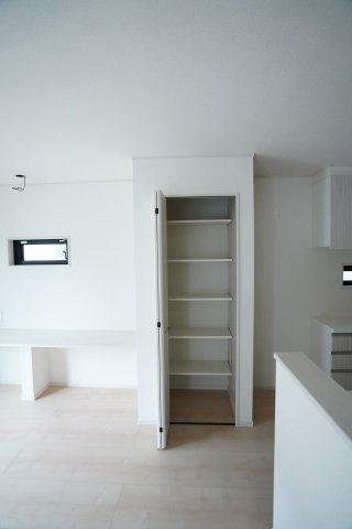 リビング収納スペースがあるのは嬉しいですね。食品も、本も、リビングで使う小物も収納できますよ。