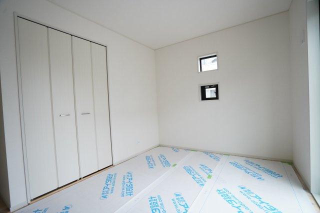 6.5帖の洋室(畳敷)です。高窓が2つありおしゃれですね。南向きで陽当たり良好です。