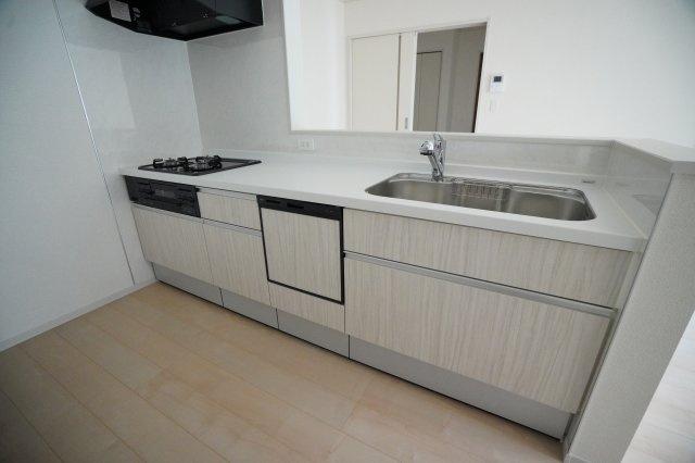 キッチンのカウンターがシンクより高くなっているので、水しぶきが飛びずらいのが良いですね。食洗機がついているので毎日の家事が時短になり嬉しいですね。