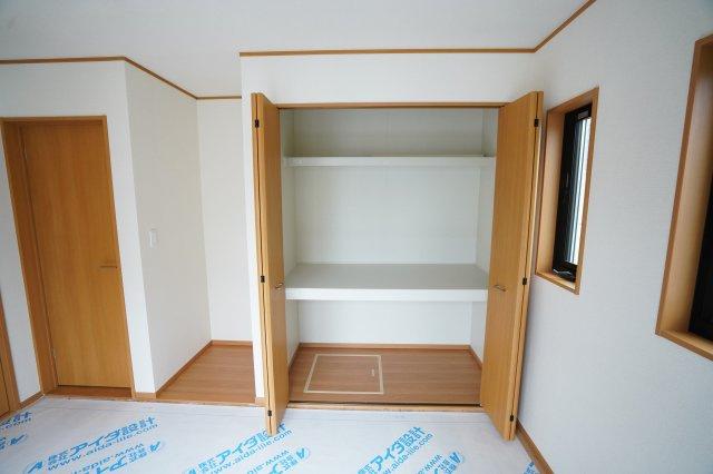 大きく開く収納は棚があり収納しやすいですよ。