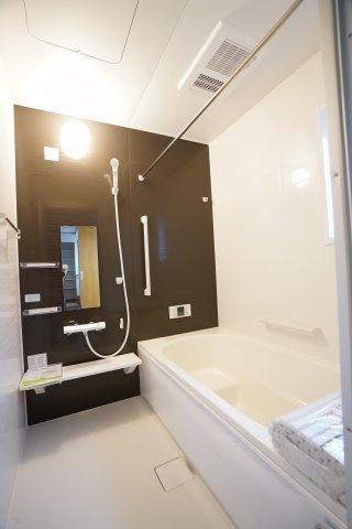 毎日のお風呂タイムがよりリラックスできそうな広いお風呂です。高断熱浴槽でお湯が冷めずらいですよ。
