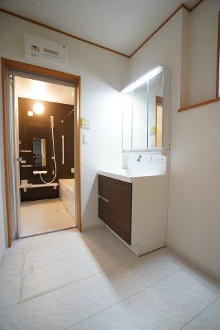 スタイリッシュな洗面化粧台のある洗面所は広いので家族一緒に使えますね。