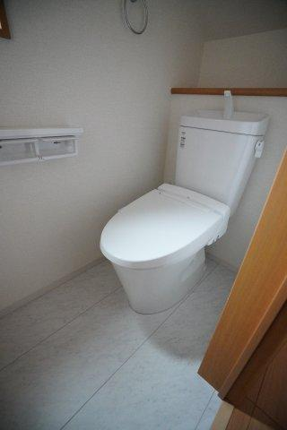 階段下を上手に利用した1階のトイレです。洗面室のとなりです。