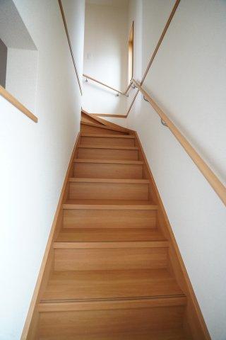 玄関から直接行ける階段です。手すりが設置されていて安心ですよ。窓もある明るい階段ですね。