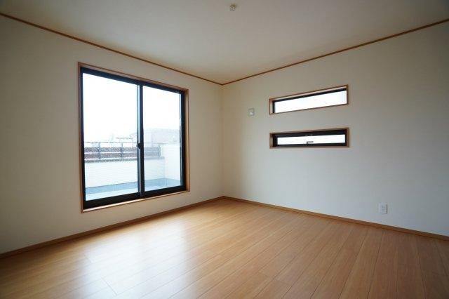 8帖の寝室は高窓がおしゃれで採光がとれますね。寝室にバルコニーがついていて出られますよ。