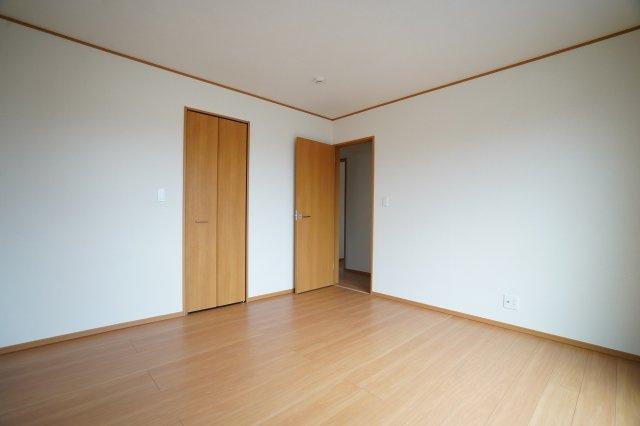 クローゼットが埋め込み式でお部屋に一体感がありますね。